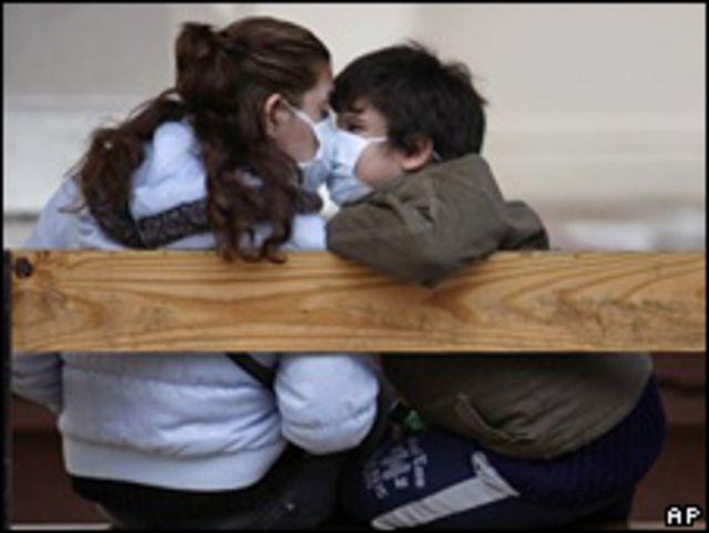 Madre e hijo con tapabocas en Argentina