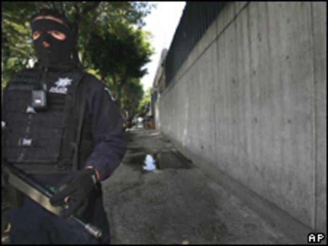Un agente custodia la sede de la policía federal en Michoacán