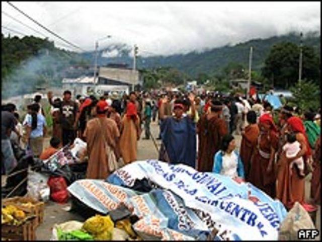 Indígenas bloquean una ruta en Andahuaylas el 15 de junio.