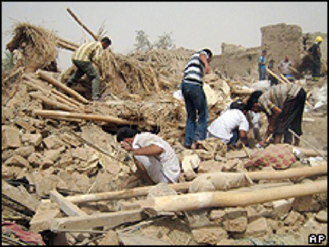 Lugareños buscan sobrevivientes entre los escombros