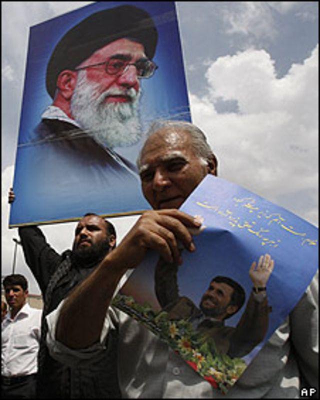 Seguidores del ayatolá y de Ahmadinejad portan sus fotos el 19 de junio.