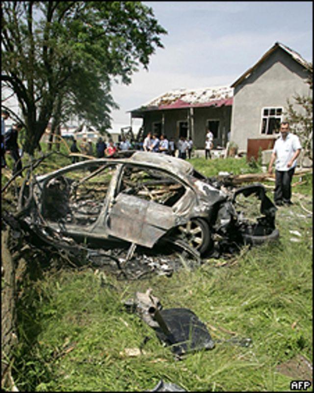 Uno de los coches detrozados en el atentado