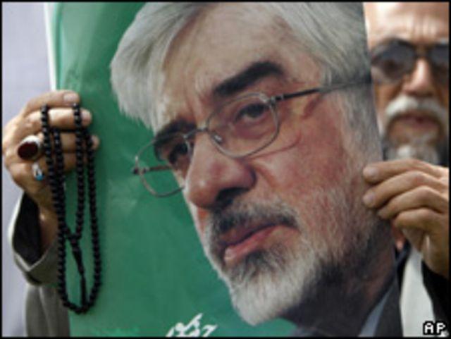 Manifestante enseña imagen de Mousavi