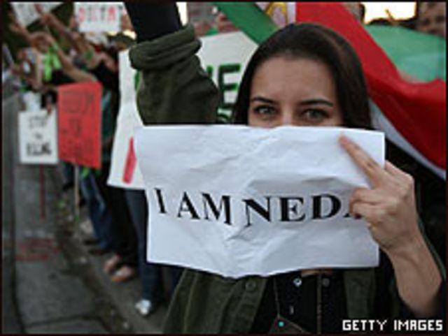 Mujer iraní en una protesta en Los Ángeles