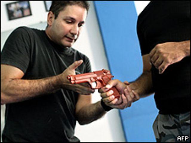 Un hombre da clases de manejo de armas en Caracas el 16 de mayo.