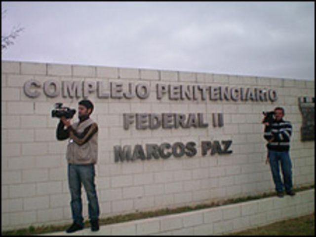 Prensa fuera de la cárcel donde está preso Luis Patti