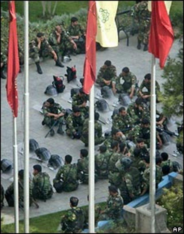 Policía iraní frente a la sede del parlamento.