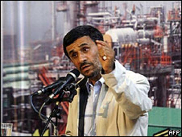 Mahmoud Ahmadinejad durante una visita a una planta petroquímica a 1.200 km. al sur de Teherán, 25 junio 2009