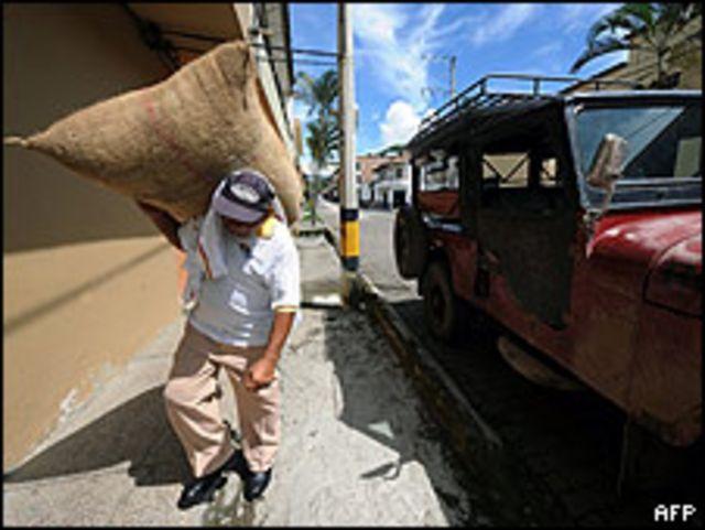 Un trabajador carga una bolsa de café en Ciudad Bolívar.