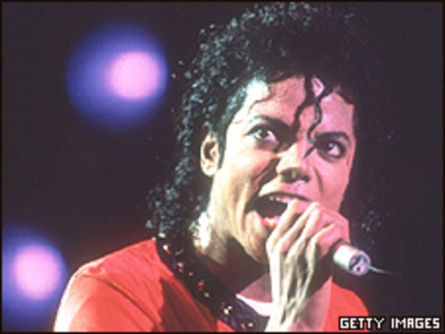 مايكل جاكسون يغني في حفل في طوكيو 1987