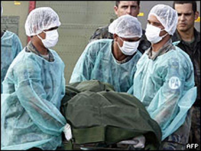 Miembros de la Fuerza Aérea de Brasil trasladan cuerpo de víctima del AF447