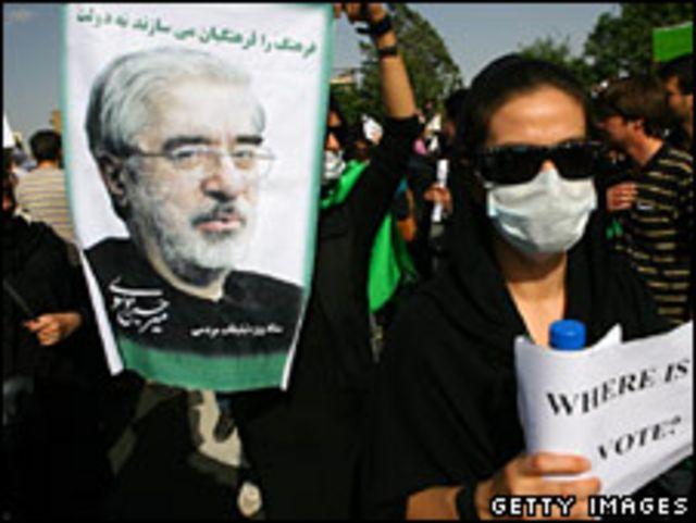 متظاهر يحمل صورة لموسوي