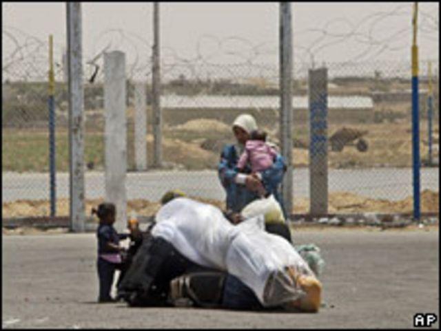 Una mujer con sus hijos en en el paso de Rafah. Foto de archivo: 17-05-09