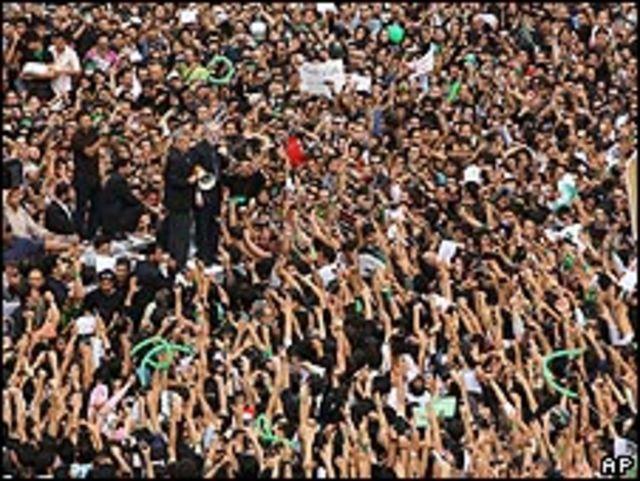 موسوي يخطب في حشد كبير من المتظاهرين في طهران مؤخرا
