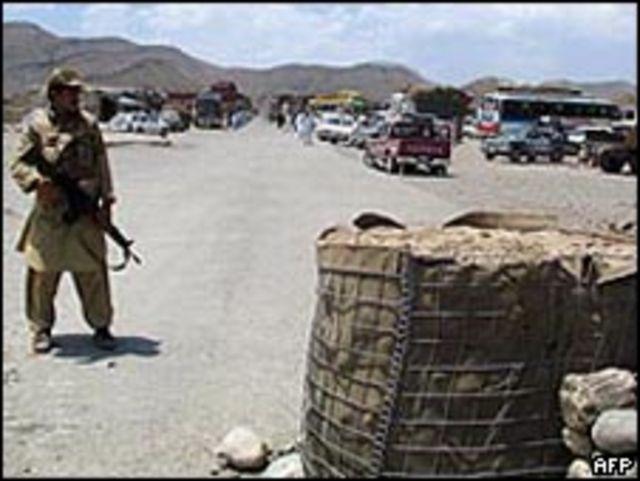 جندي باكستاني في موقع تفتيش بجنوب وزيرتسان