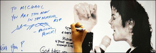 Un pizarrón, en Malasia, con mensajes para Michael Jackson