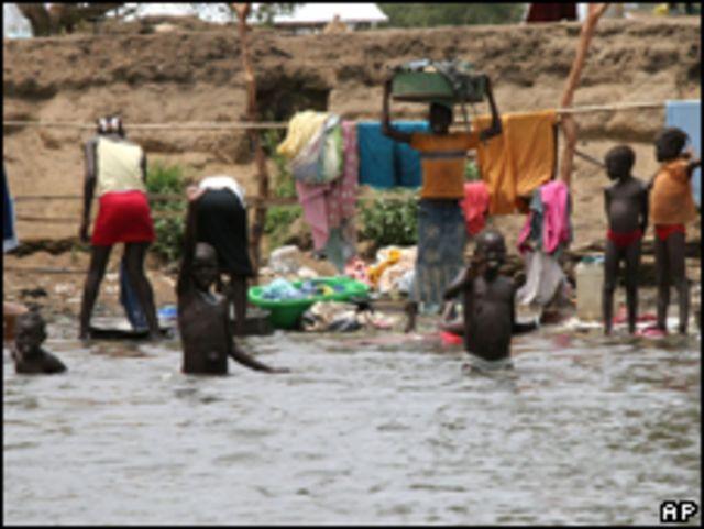 اطفال يستحمون في النيل الابيض جنوب السودان