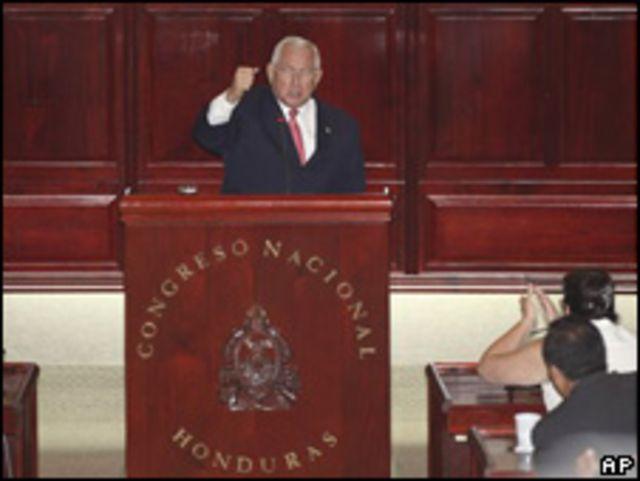 Roberto Micheletti, titular del Congreso, después de jurar como presidente de Honduras.