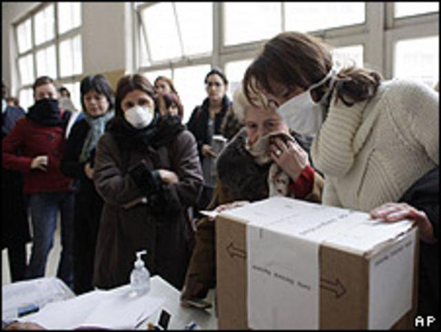 Mujeres haciendo fila para votar.