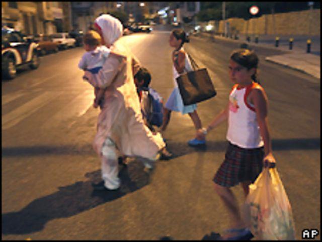 عائلة لبنانية تفر من منطقة الاشتباكات