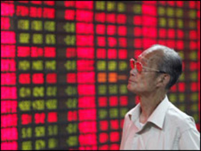 صيني يتطلع الى شاشة اسهم