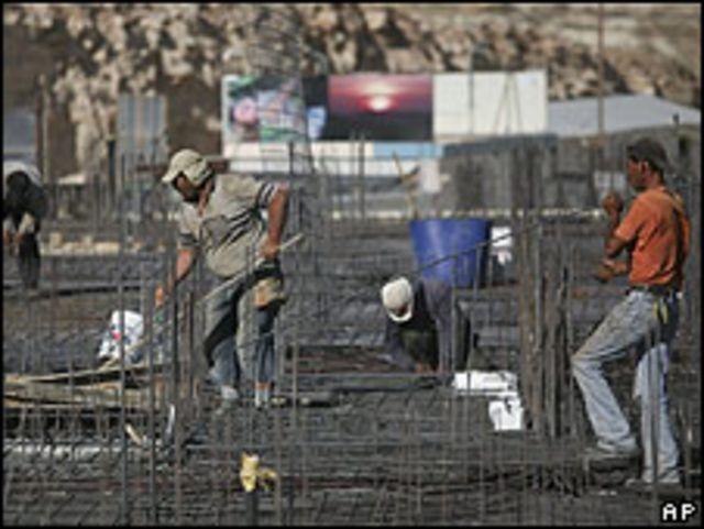 Nuevas construcciones en el asentamiento de Adam.