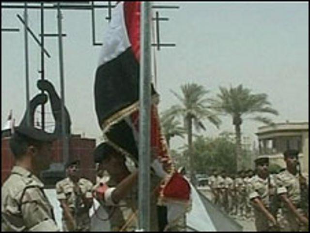 جنود يرفعون العلم العراقي