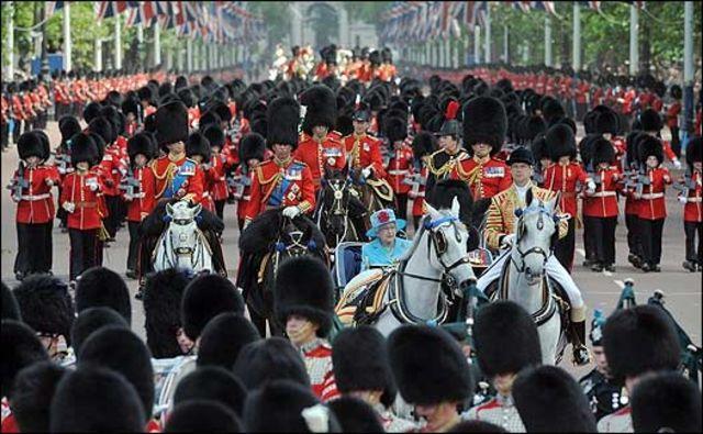 Reina Isabel durante un desfile en el Palacio de Buckingham.