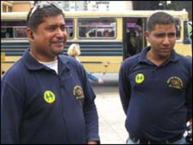 Jose y Juan José, mototaxistas cerca de una estación del Metro