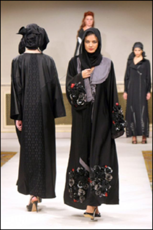 من معرض العباءات العربية في باريس