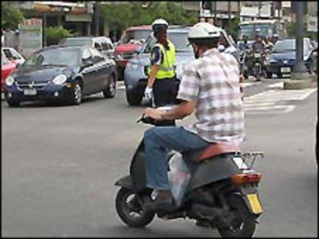 Un motorizado desafía los cruces en Caracas