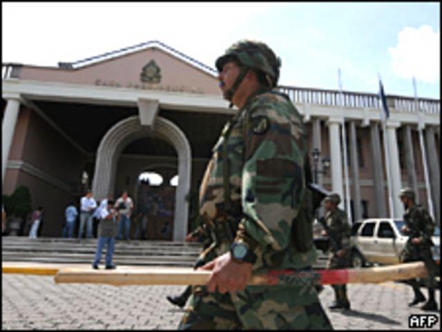 Militares hondureños se mantienen resguardando edificios públicos