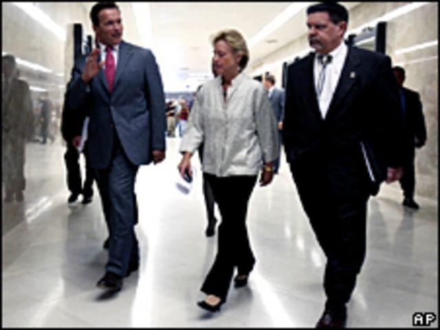El gobernador de California, Arnold Schwarzenegger,  saluda a turistas