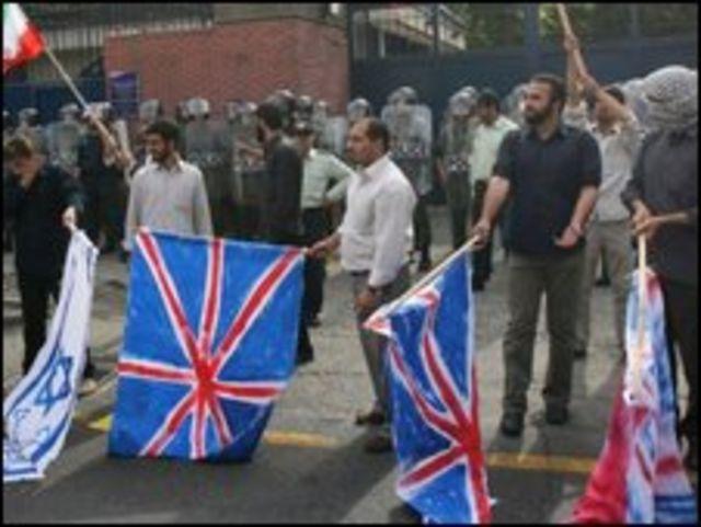 متظاهرون ايرانيون امام السفارة البريطانية