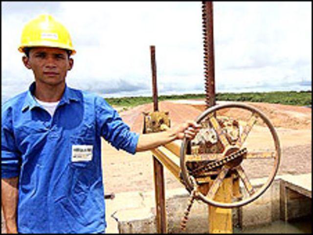 Un empleado de la cooperativa junto al sistema de acequias para riego