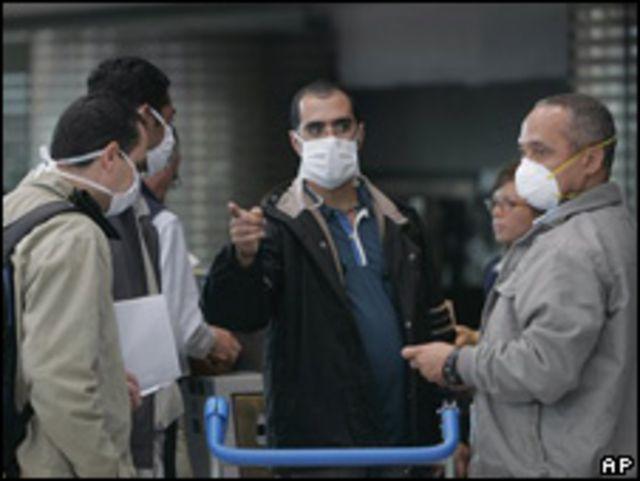 Turistas con mascarillas en Argentina.