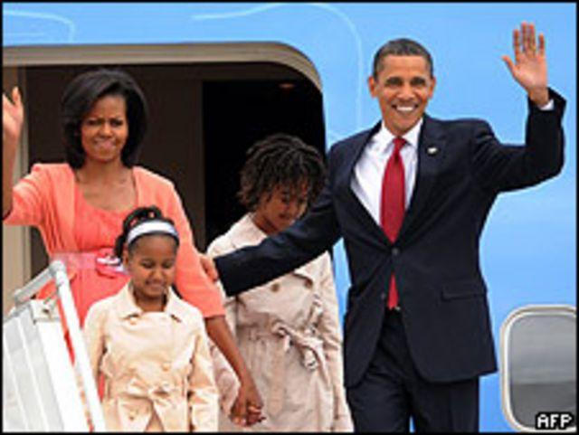 Obama a su arribo a Moscú acompañado de su esposa y dos hijas.