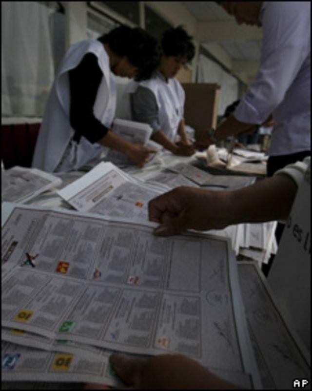 Delegados electorales cuentan votos en Ecatepec
