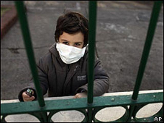 Niño con tapabocas en Argentina