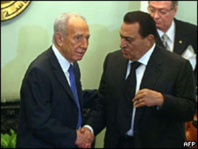 مبارك اثناء استقباله بيريز في الأسبوع الماضي
