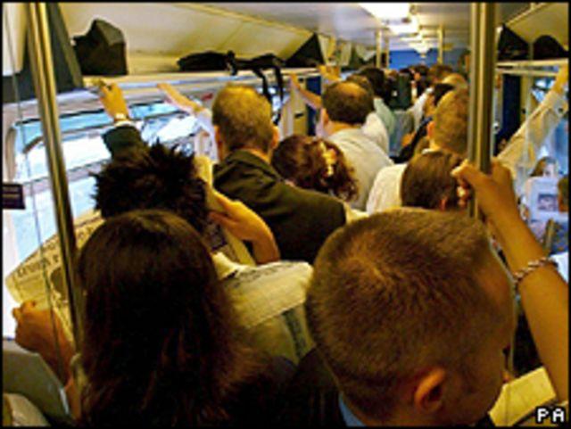 Pasajeros en un tren lleno de gente