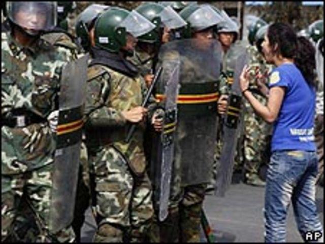 Manifestante frente a las fuerzas antidisturbios en Xianjiang