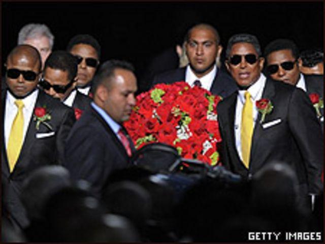 Los hermanos Jackson transportan el ataúd de M. Jackson