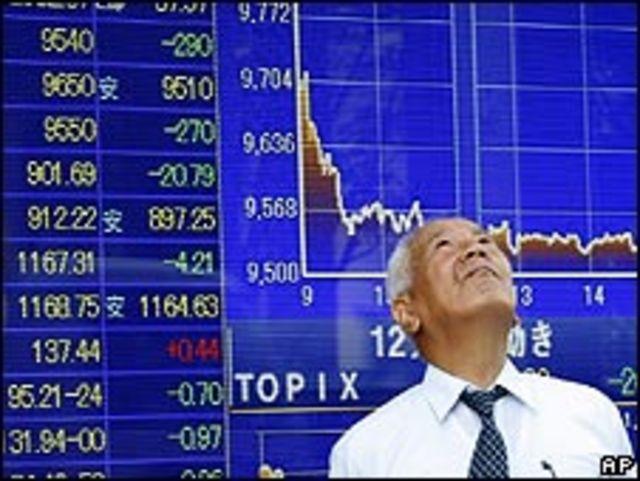 Hombre de negocios japonés mira los datos de la bolsa de Tokio.