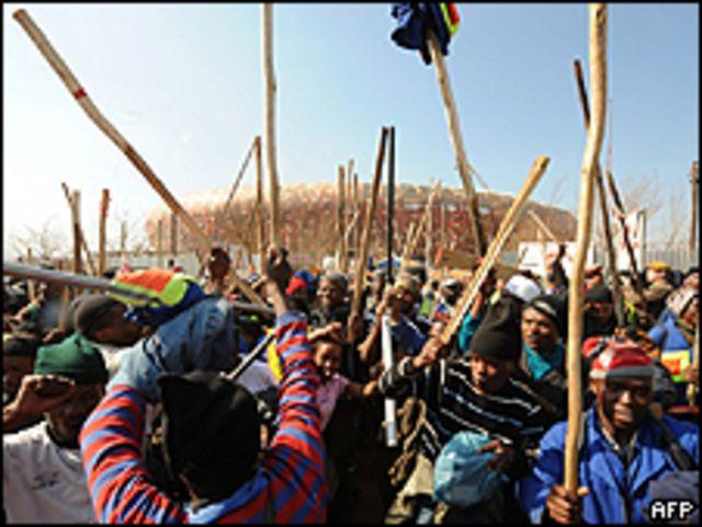 Huelga a las afueras del Soccer City Stadium en Soweto, a las afueras de Johanesburgo