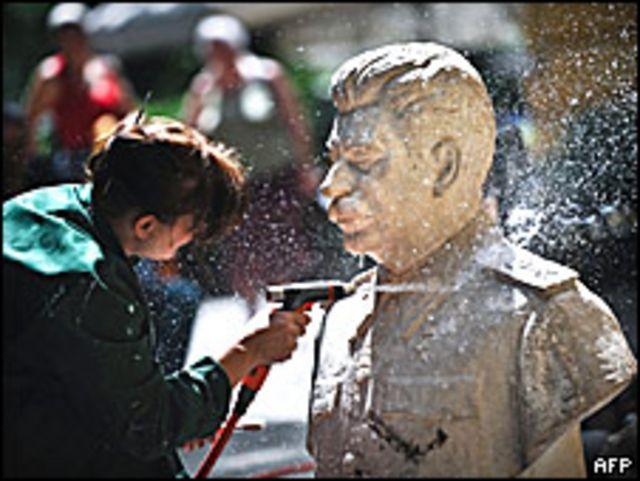 Бюст Сталина чистят в Болгарской национальной галерее искусств