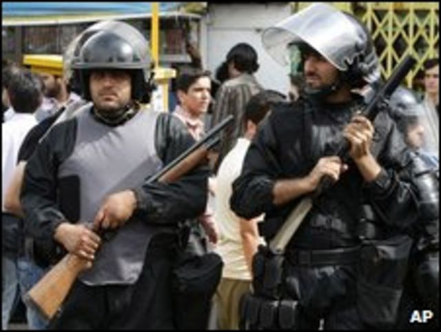 Policía anti-disturbios en Teherán el 15 de junio.
