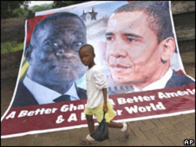 Niño frente a cartel de Obama y Atta Mills
