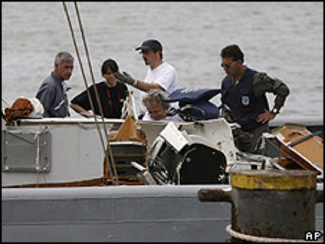 Investigadores revisan restos del avión