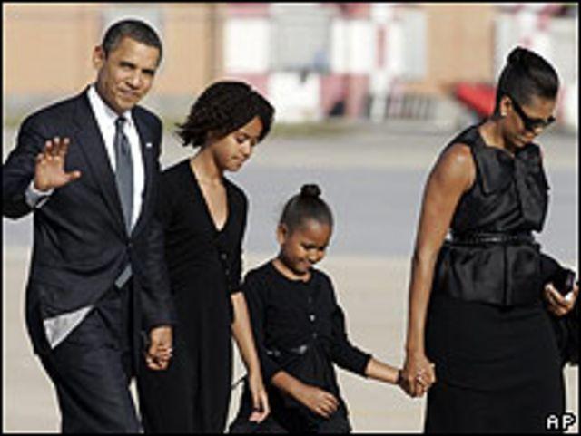 El matrimonio Obama con sus hijas en Roma